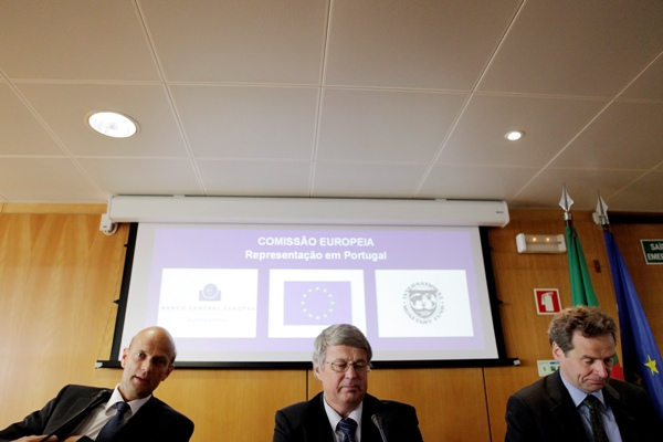 Os primeiros chefes de missão da troika em 2011: Rasmus Ruffer (BCE), Juergen Kroeger (Comissão) e Poul Thomsen (FMI). A desvalorização fiscal foi uma da primeiras e principais prescrições do programa de ajustamento.