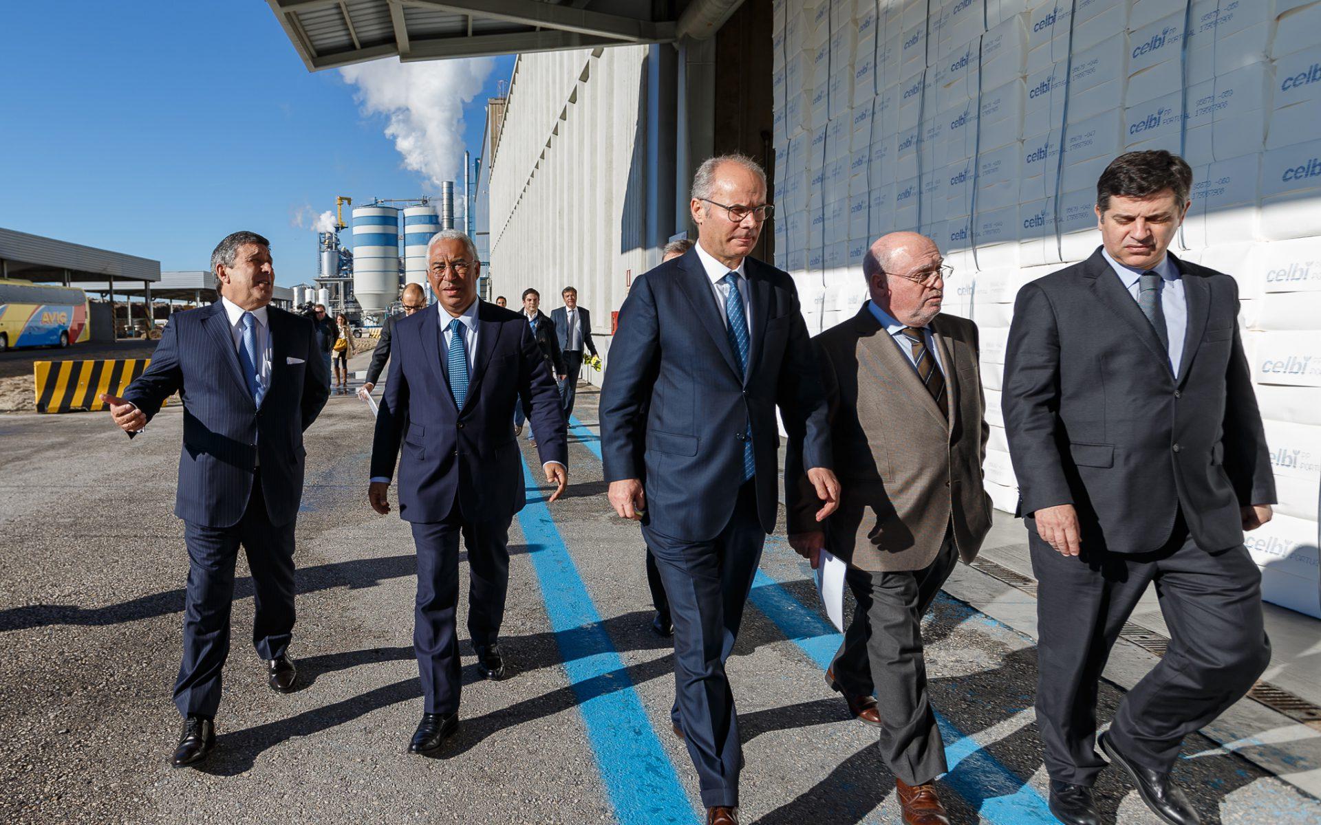 Paulo Fernandes e Borges de Oliveira, recebem o primeiro-ministro, António Costa, na cerimónia que selou o acordo de investimento com o Estado português