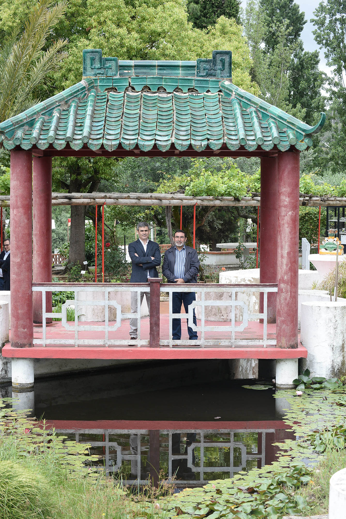 Gualter Vasco, Caima mill manager, with António Matias Coelho, in the Macau pavilion at the Camões garden