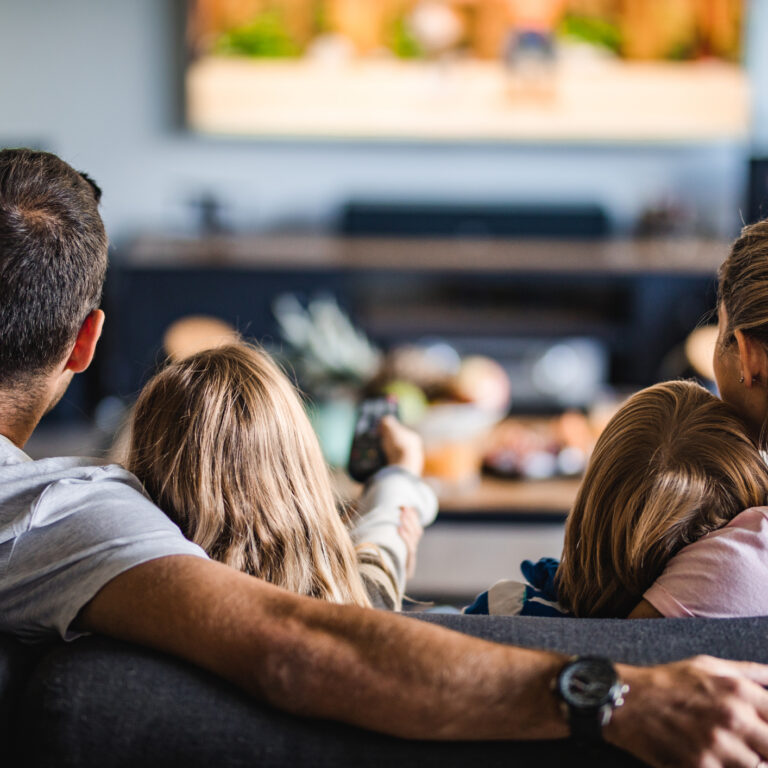 3. Dentro de casa, a luz adequada para ver televisão é ténue.