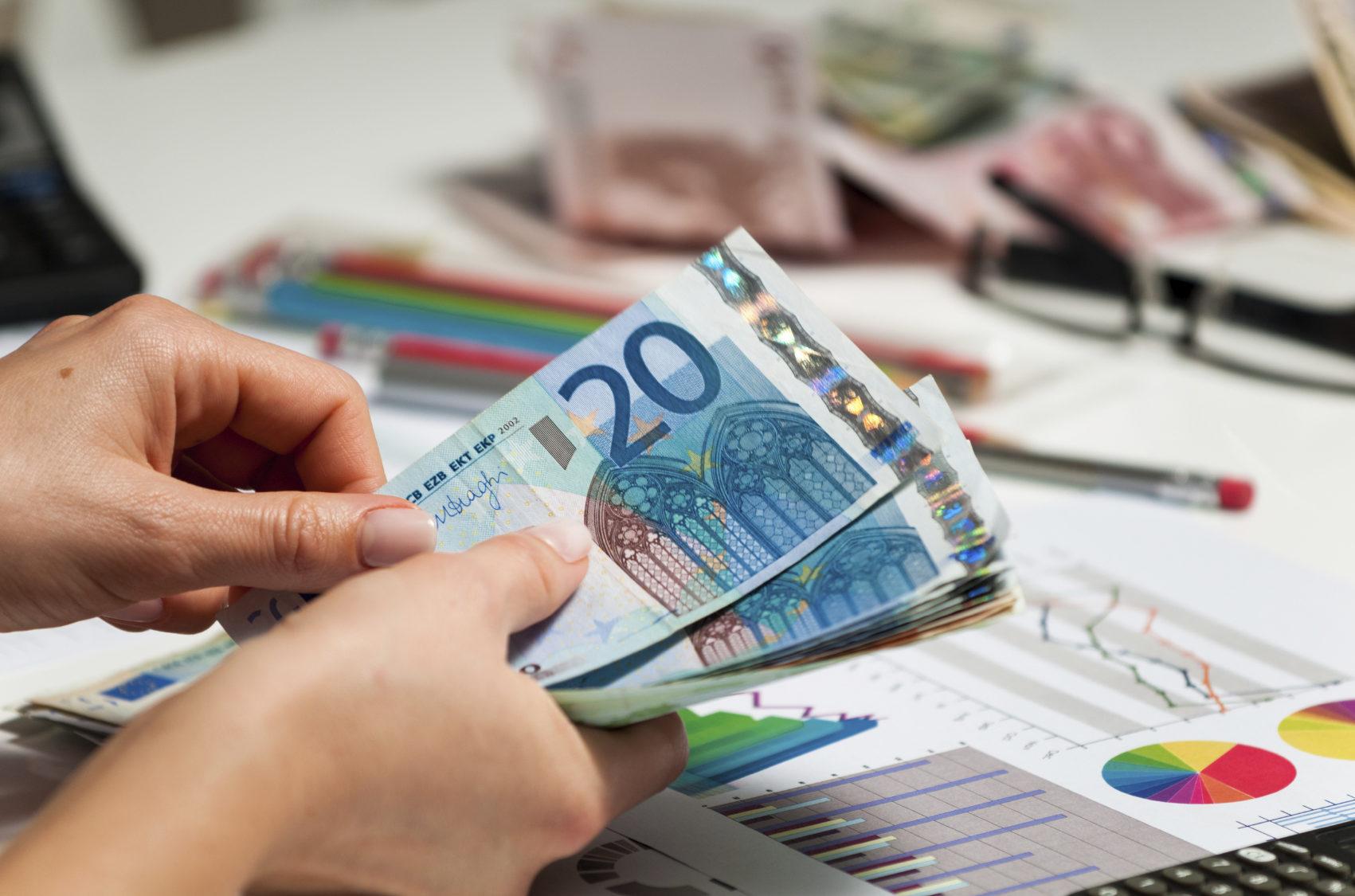 Que custos deve considerar quando se contrata um crédito pessoal clássico?