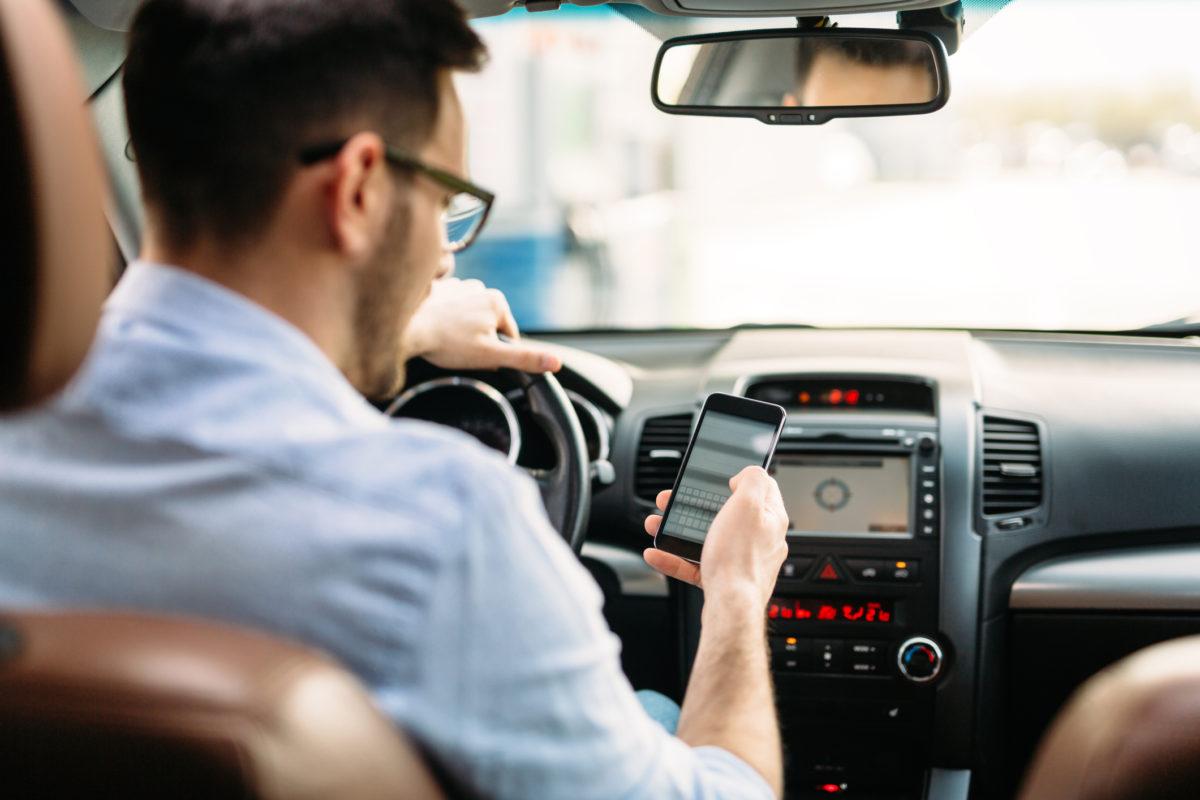 Distrações ao volante: quais são e como preveni-las