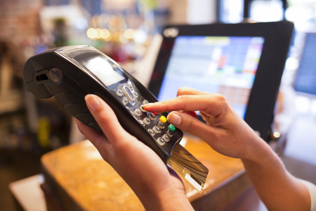 Em férias: como evitar fraudes com cartões de pagamento