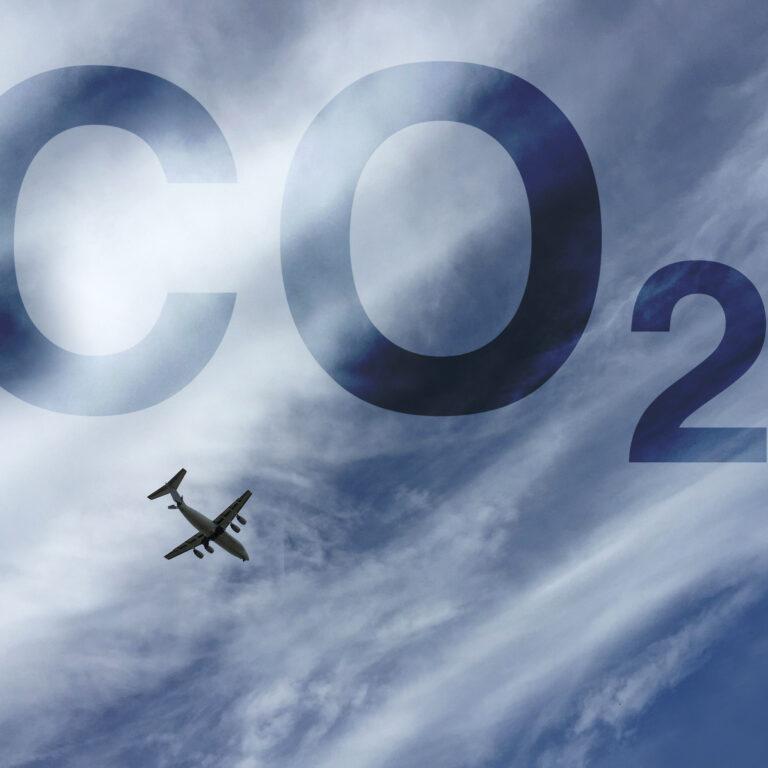A pensar na próxima viagem de avião? Saiba como reduzir a pegada ecológica